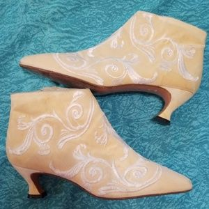Beautiful VTG Kenneth Cole Booties